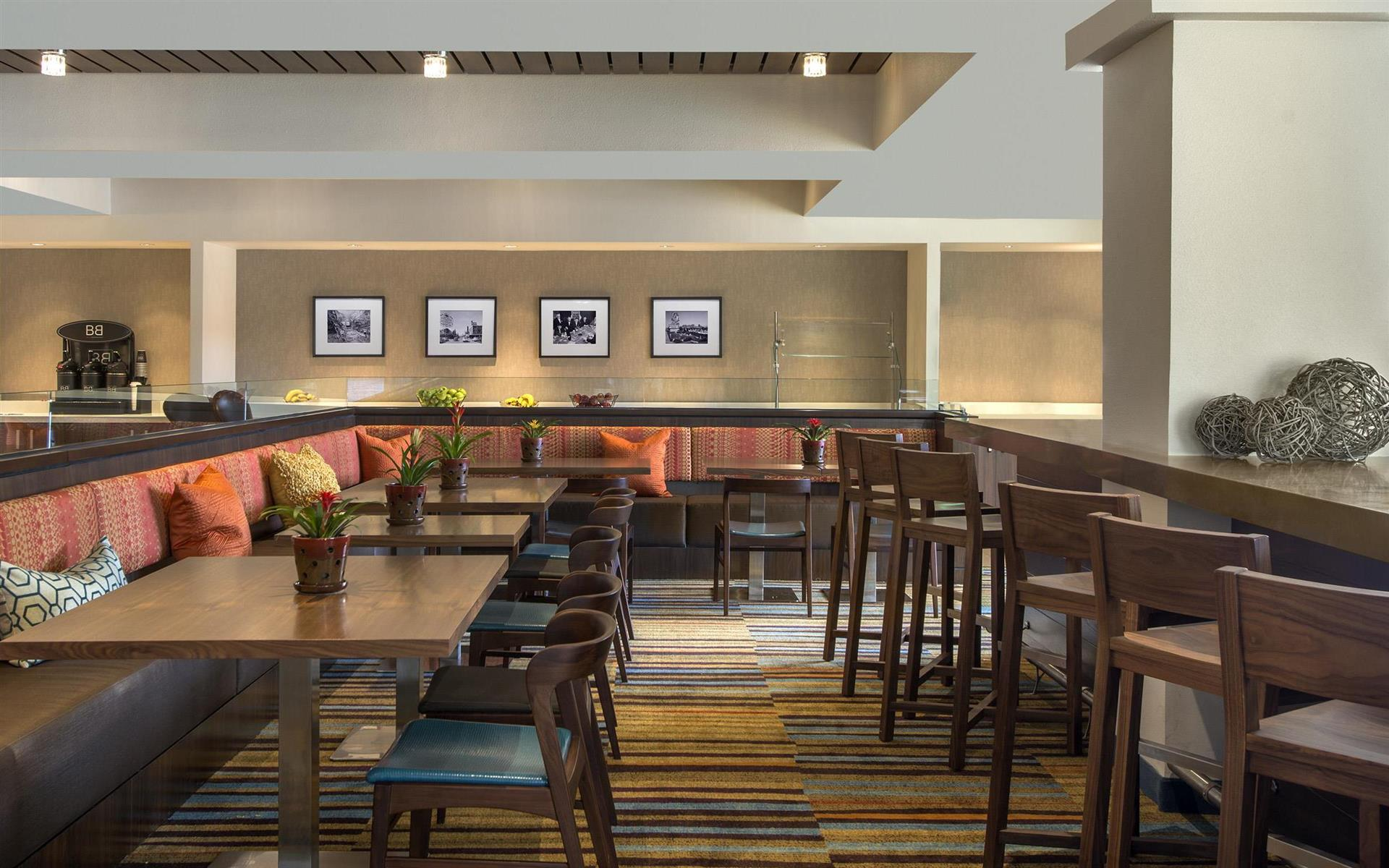 Fairfield Inn Las Vegas Airport - Communal Farm Table